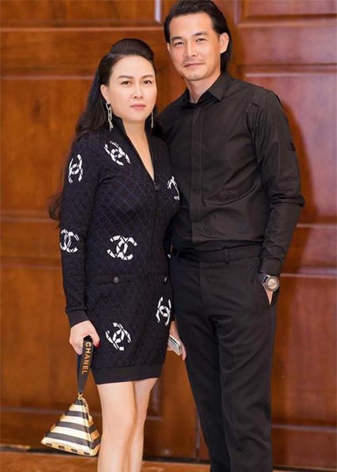 Hậu ly hôn, Quách Ngọc Ngoan đăng ảnh ôm con gái, hé lộ 'số phận' hình xăm vợ cũ trên ngực trái 0