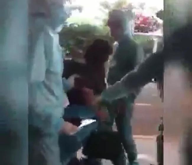 Nhiều người đã chặn người phụ nữ này và đưa lên xe.