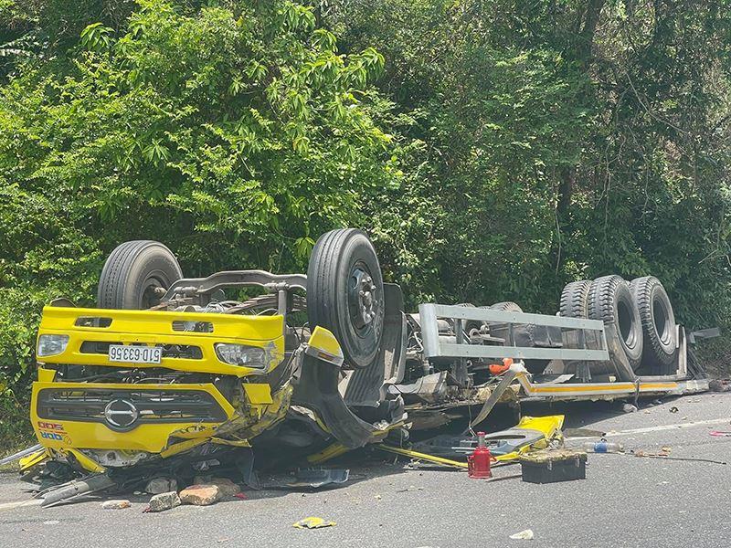 Clip: Toàn cảnh hiện trường vụ xe tải mất lái lao vào vách núi ở Bình Định, 2 người tử vong 0