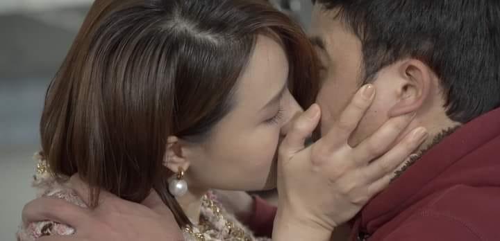 Châu thử hôn Phúc xem Minh và Kiên có trầm trồ.
