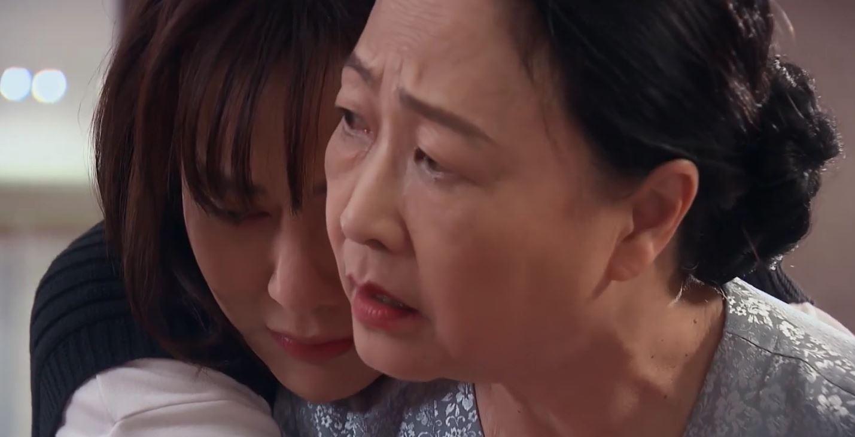 Cô ôm bà Dần bật khóc và gọi mẹ