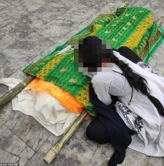 Khủng khiếp: Nữ bệnh nhân Covid-19 bị hiếp dâm tập thể đến chết trong bệnh viện, con gái gào khóc nhận thi thể mẹ 0