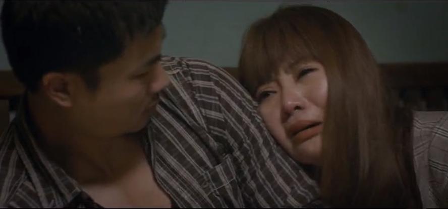 Chán ghét Lệ ra mặt nhưng thấy cô nằm ngoài cửa, Đồng lại đưa cô về nhà mình.