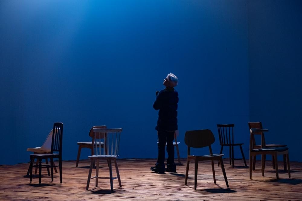 Wren Evans 'học theo Chi Pu' ngồi một mình giữa những chiếc ghế trong teaser MV mới? 2