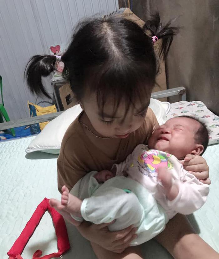 Người mẹ trẻ cùng bé gái 44 ngày tuổi trở thành F0: 'Em mất sữa rồi, con quấy quá, em bế ngày bế đêm' 0