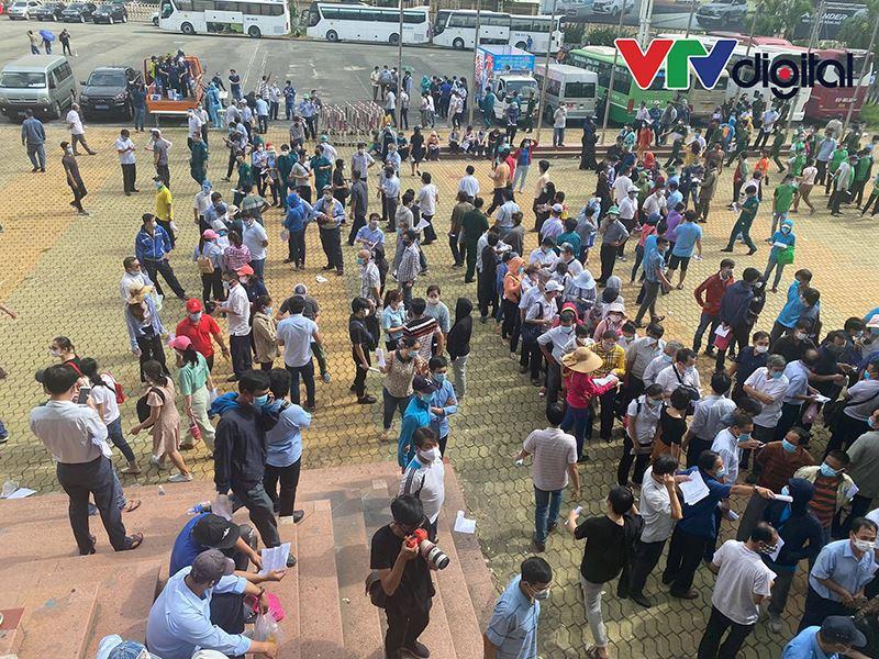 TP.HCM: Hàng nghìn người dân 'rồng rắn' đi tiêm vaccine Covid-19 tại nhà thi đấu Phú Thọ 1