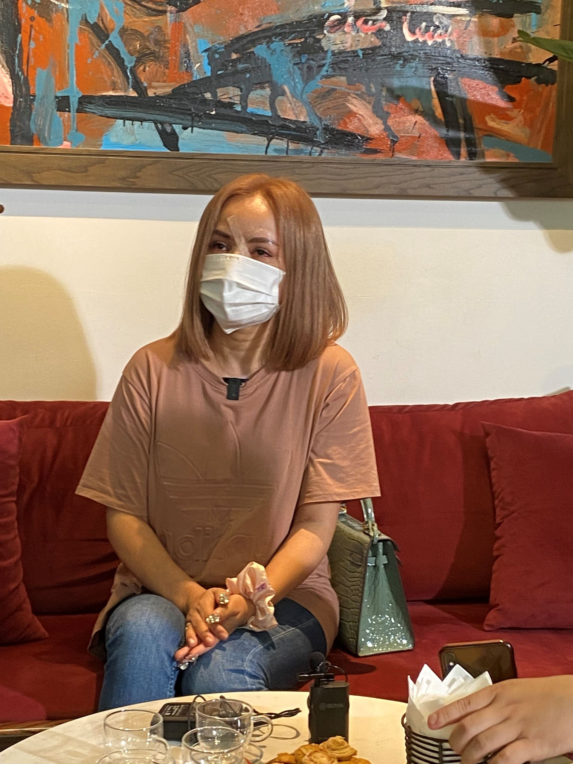 Diễn viên Hoàng Yến lần đầu tiên xuất hiện sau khi bị chồng hành hung với nhiều vết thương trên mặt.