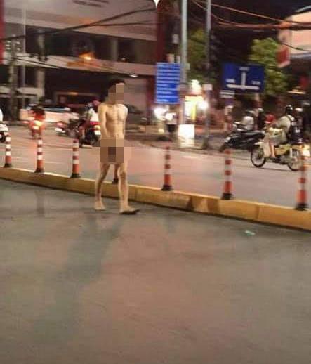 Mặc xung quanh là các phương tiện đang di chuyển, thanh niên thản nhiên như đang... đi bộ tập thể dục