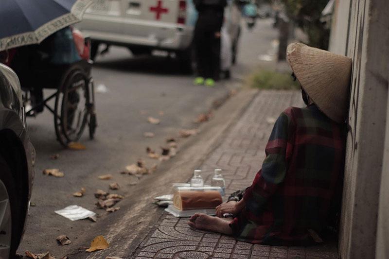 Phía sau câu chuyện đôi vợ chồng vô gia cư: chồng qua đời trên chiếc xe lăn, người vợ bơ vơ vô tình bị 'soi xét' 5
