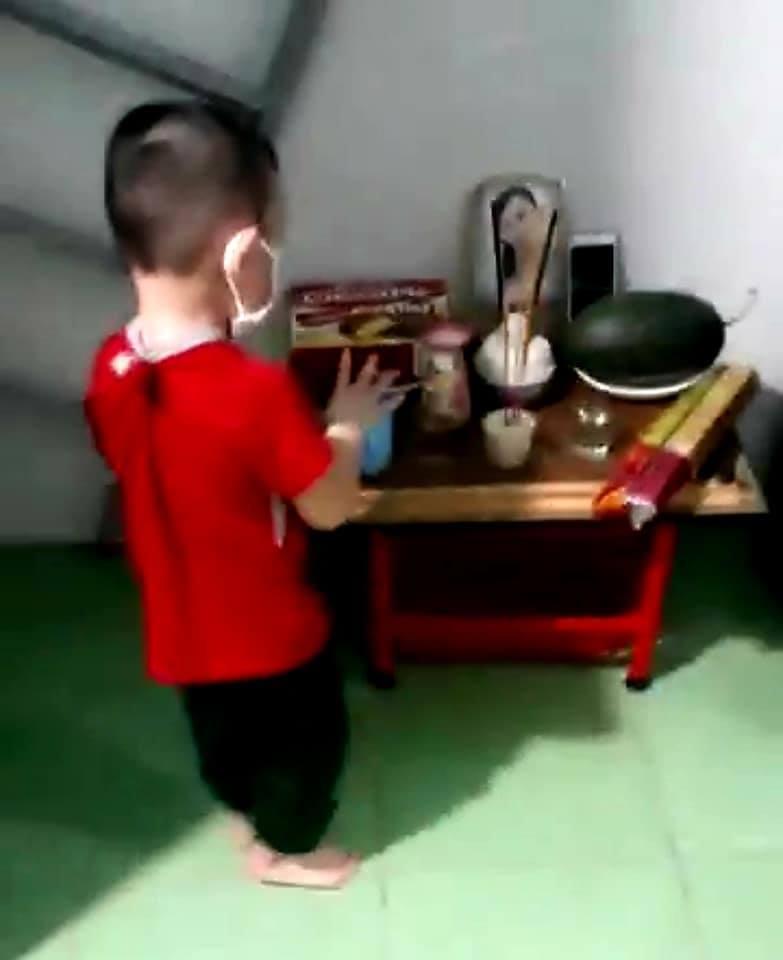 Hình ảnh bé trai 3 tuổi đứng trước di ảnh của mẹ khiến nhiều người xót xa.