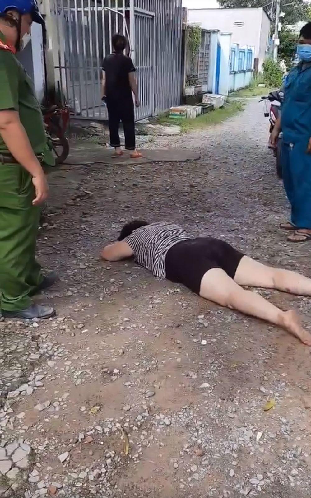 Người phụ nữ nằm lăn ra đất ăn vạ.