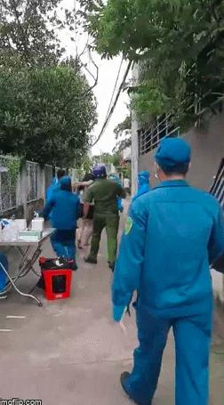 Sau cùng, người này định bỏ chạy về nhà nhưng bị giữ lại.