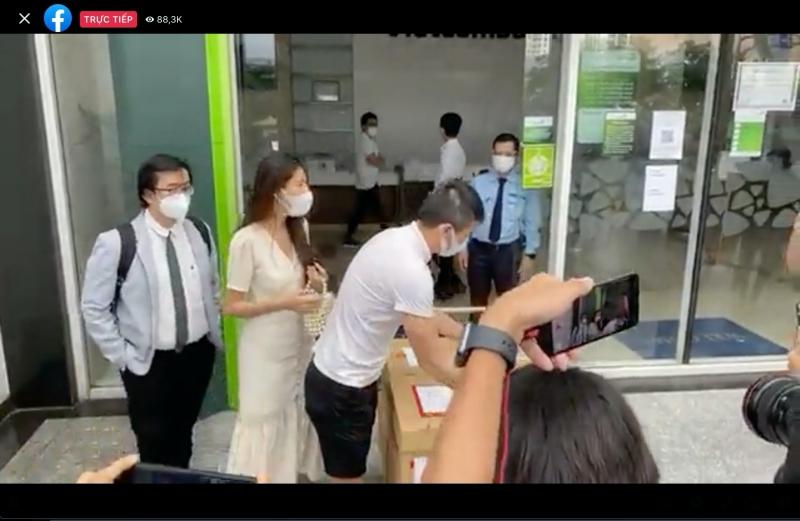 TRỰC TIẾP Thủy Tiên - Công Vinh livestream tại ngân hàng: Công Vinh tuyên bố khởi kiện, dù doAпʜ nhân hay CEO cũng không sợ 1