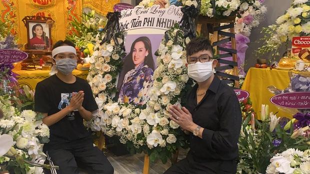 Trước đó, Long Nhật đã đến gửi vòng hoa viếng và chia buồn với gia đình giọng ca Ngày buồn.