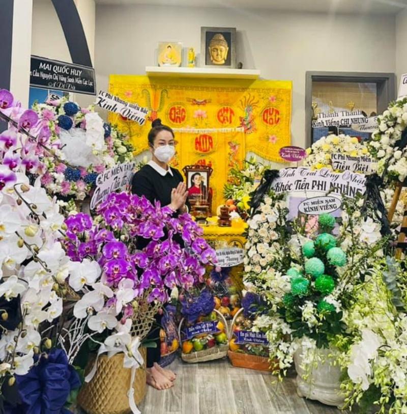 Lễ viếng Phi Nhung ngày 2/10: Nhật Kim Anh đến thắp hương sau ồn ào tiền phúng điếu 2