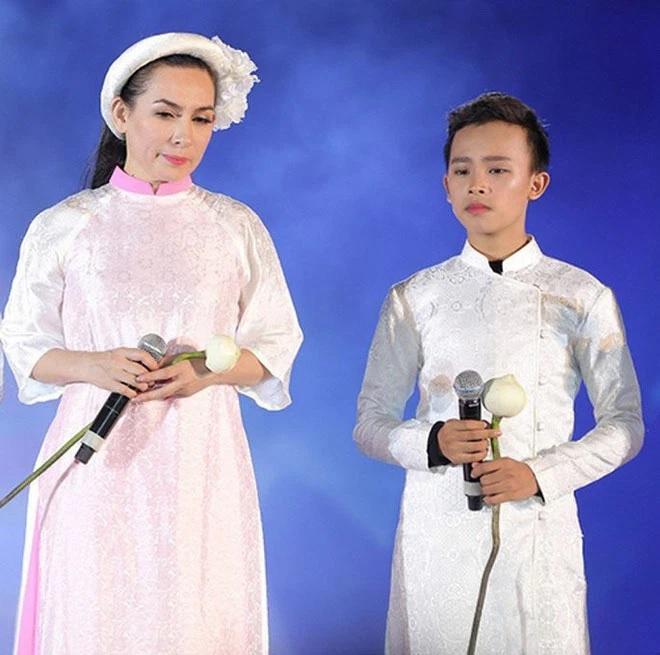 Hồ Văn Cường và mẹ nuôi Phi Nhung.
