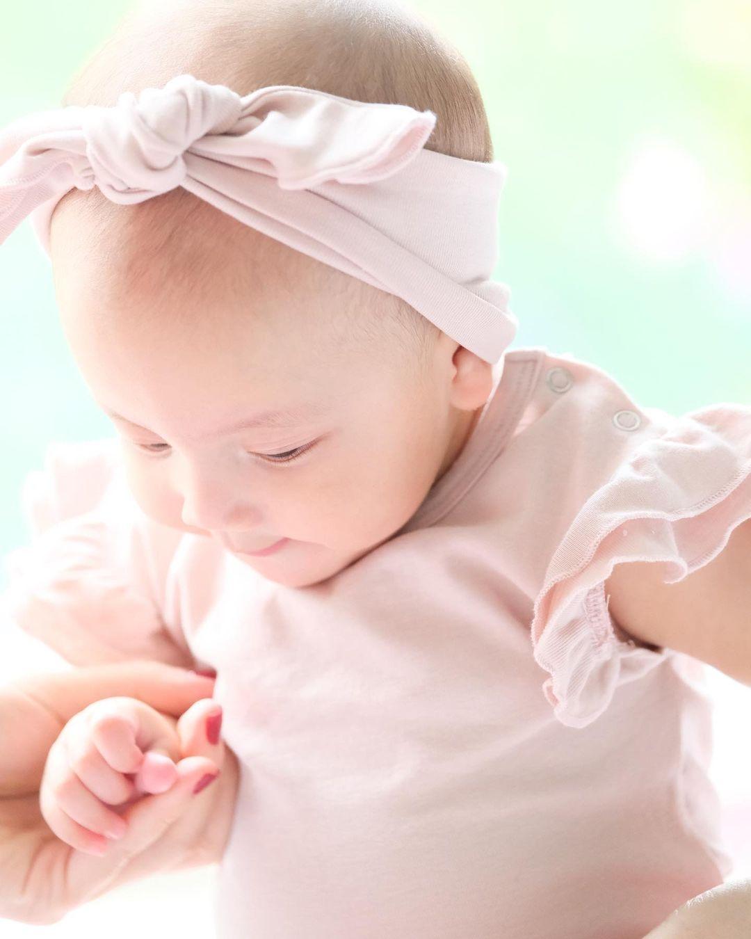 Hồ Ngọc Hà khoe trọn bộ ảnh cặp song sinh 6 tháng: Lisa công chúa ngơ ngác, Leon thanh niên nghiêm túc 0