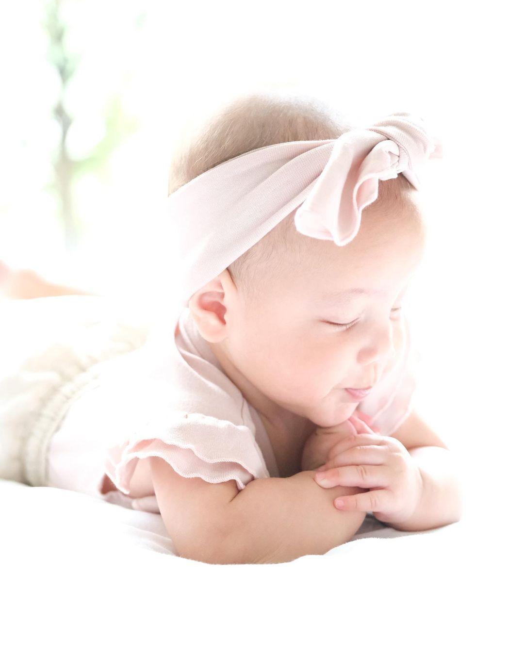 Hồ Ngọc Hà khoe trọn bộ ảnh cặp song sinh 6 tháng: Lisa công chúa ngơ ngác, Leon thanh niên nghiêm túc 2