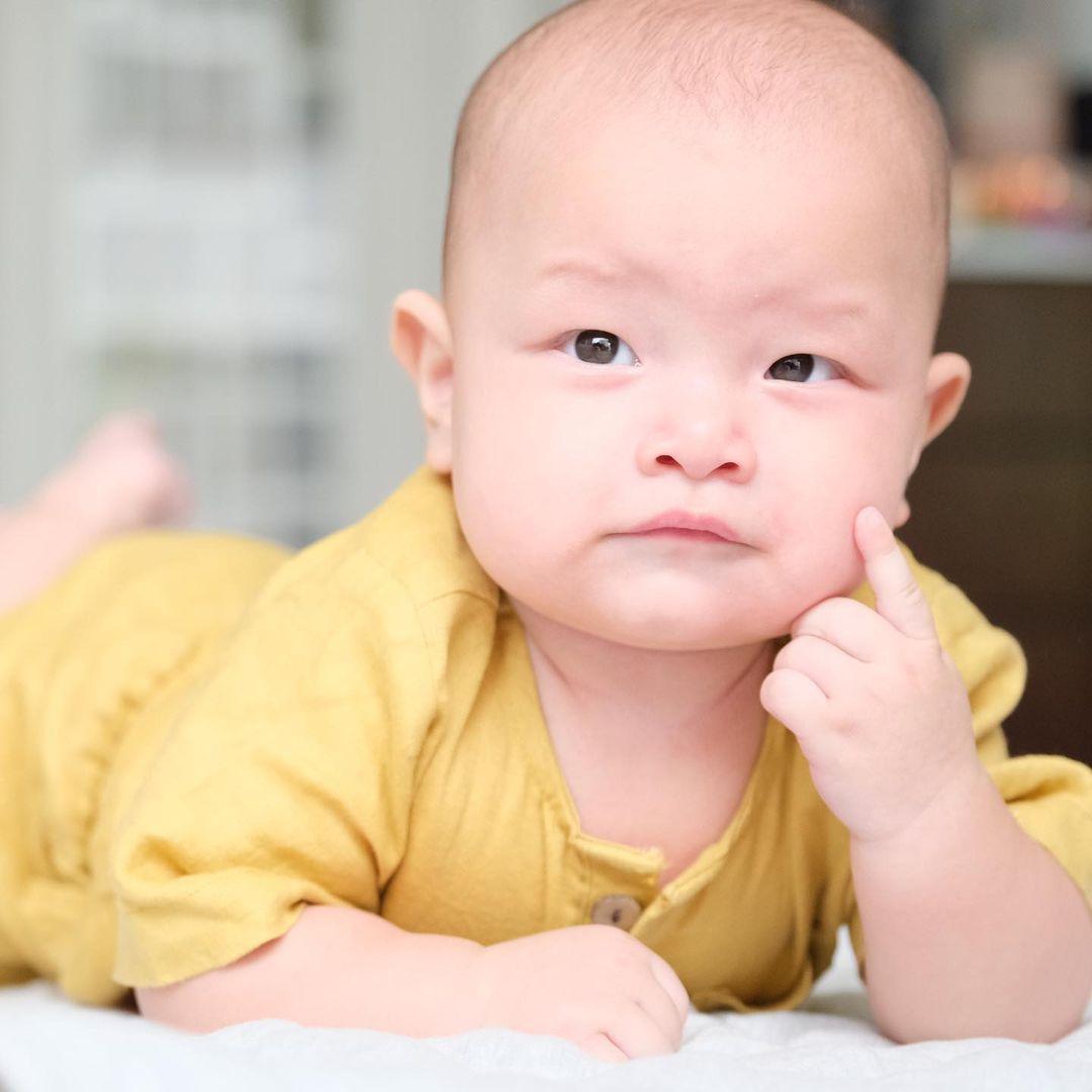Hồ Ngọc Hà khoe trọn bộ ảnh cặp song sinh 6 tháng: Lisa công chúa ngơ ngác, Leon thanh niên nghiêm túc 4
