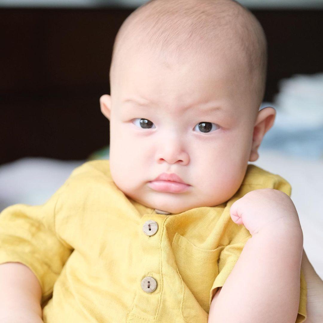 Hồ Ngọc Hà khoe trọn bộ ảnh cặp song sinh 6 tháng: Lisa công chúa ngơ ngác, Leon thanh niên nghiêm túc 5