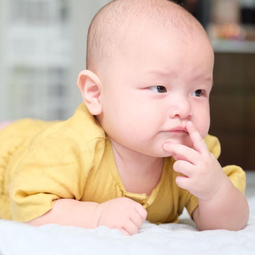 Hồ Ngọc Hà khoe trọn bộ ảnh cặp song sinh 6 tháng: Lisa công chúa ngơ ngác, Leon thanh niên nghiêm túc 6