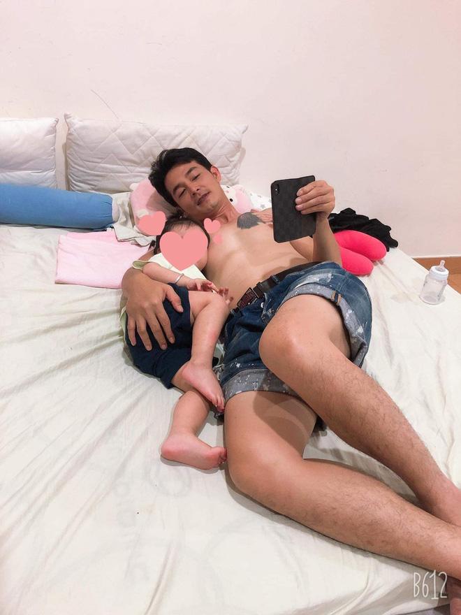 Hậu ly hôn, Quách Ngọc Ngoan đăng ảnh ôm con gái, hé lộ 'số phận' hình xăm vợ cũ trên ngực trái 1