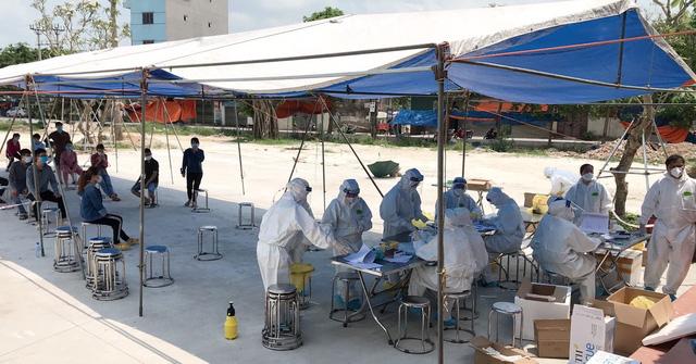 Giữa tiết trời oi bức, đoàn cán bộ, nhân viên y tế chi viện của Bệnh viện Việt Nam - Thụy Điển Uông Bí vẫn miệt mài lấy mẫu cho công nhân và người dân ở tâm dịch Bắc Giang.