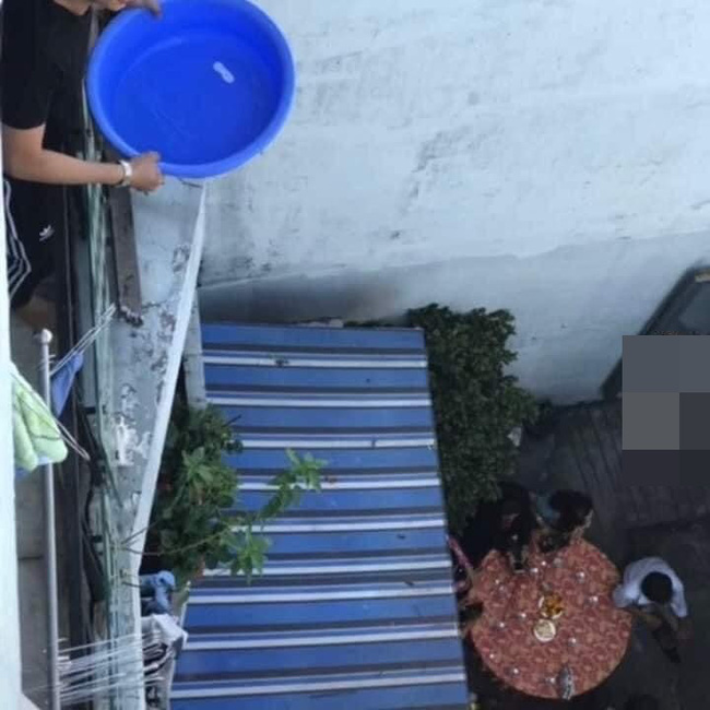 Xôn xao hình ảnh thanh niên đổ nguyên chậu nước vào dàn phụ dâu của hàng xóm đang bưng quả khiến dân mạng phẫn nộ 2