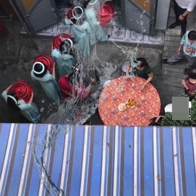 Xôn xao hình ảnh thanh niên đổ nguyên chậu nước vào dàn phụ dâu của hàng xóm đang bưng quả khiến dân mạng phẫn nộ 4