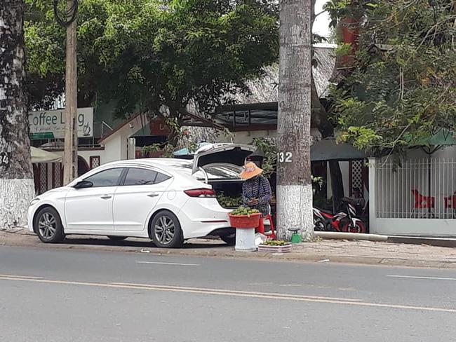 Bà chủ hàng trái cây dạo 'cực gắt', lái ôtô nhưng bình thản mở cốp xe bày hàng xoài trên vỉa hè ngồi bán 1