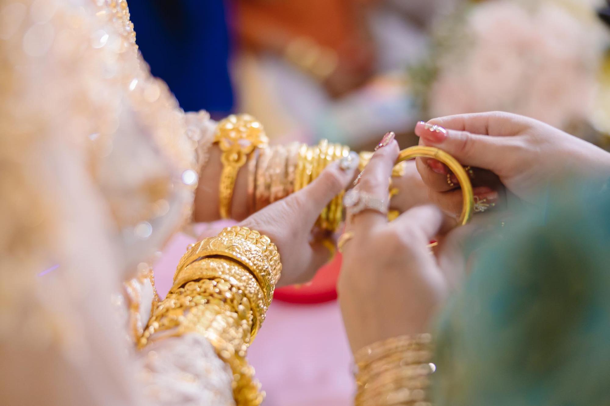 Cô dâu 18 tuổi được tặng 20 cây vàng đeo trĩu người gây bão: Tiết lộ thêm về khoản tiền mặt bố mẹ chồng cho thêm ở đám cưới! 4