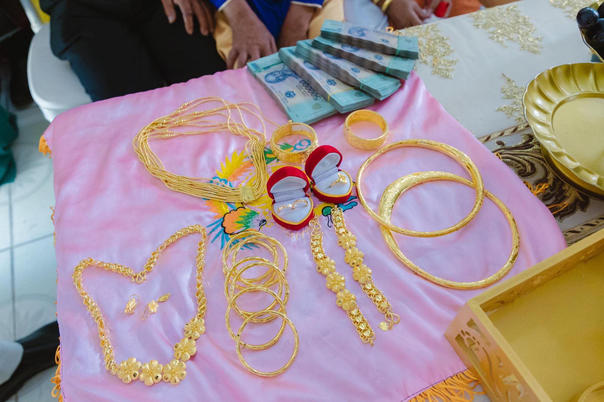 Cô dâu 18 tuổi được tặng 20 cây vàng đeo trĩu người gây bão: Tiết lộ thêm về khoản tiền mặt bố mẹ chồng cho thêm ở đám cưới! 3