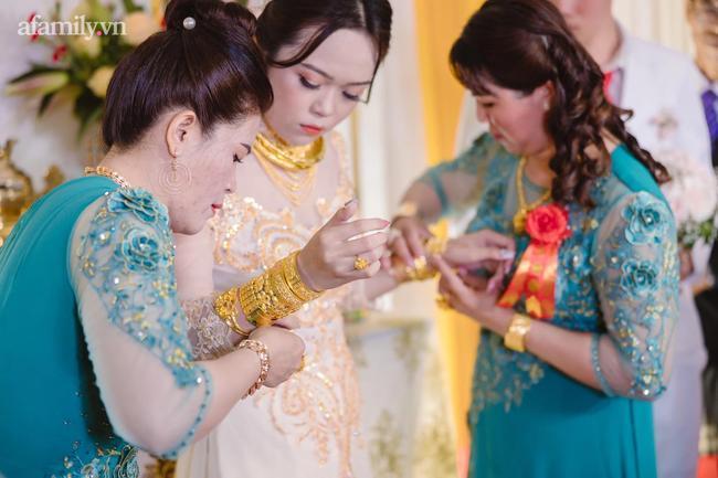 Cô dâu 18 tuổi được tặng 20 cây vàng đeo trĩu người gây bão: Tiết lộ thêm về khoản tiền mặt bố mẹ chồng cho thêm ở đám cưới! 7