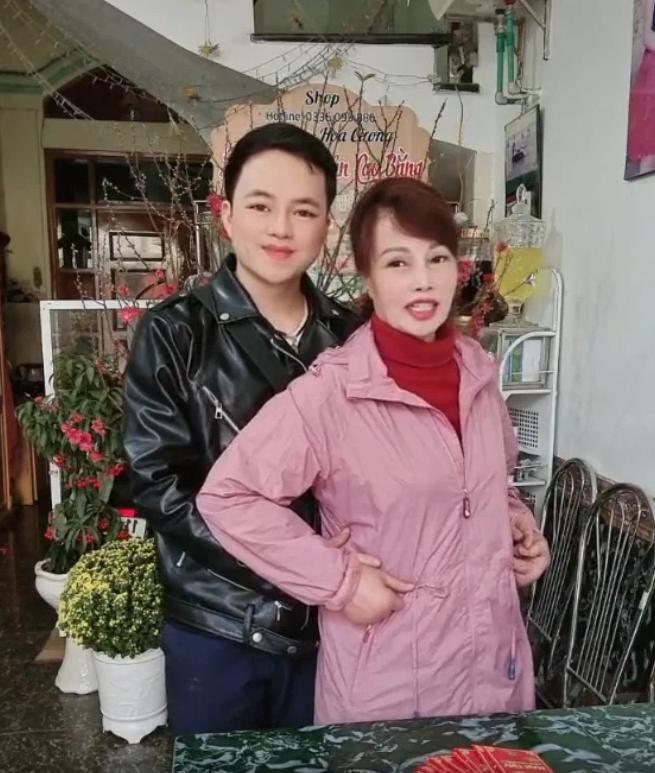 Vừa khoe gương mặt đã khỏi bị lệch, cô dâu Cao Bằng 64 tuổi lại hé lộ hình ảnh cho thấy mối quan hệ của chồng 'phi công' với con gái ruột 3