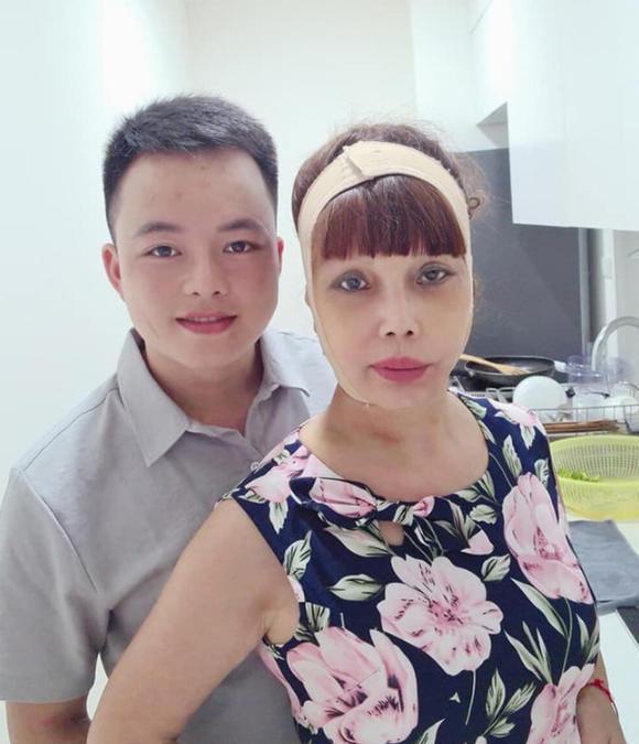 Vừa khoe gương mặt đã khỏi bị lệch, cô dâu Cao Bằng 64 tuổi lại hé lộ hình ảnh cho thấy mối quan hệ của chồng 'phi công' với con gái ruột 1