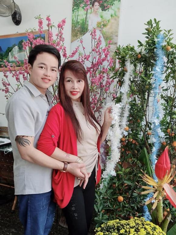 Vừa khoe gương mặt đã khỏi bị lệch, cô dâu Cao Bằng 64 tuổi lại hé lộ hình ảnh cho thấy mối quan hệ của chồng 'phi công' với con gái ruột 5