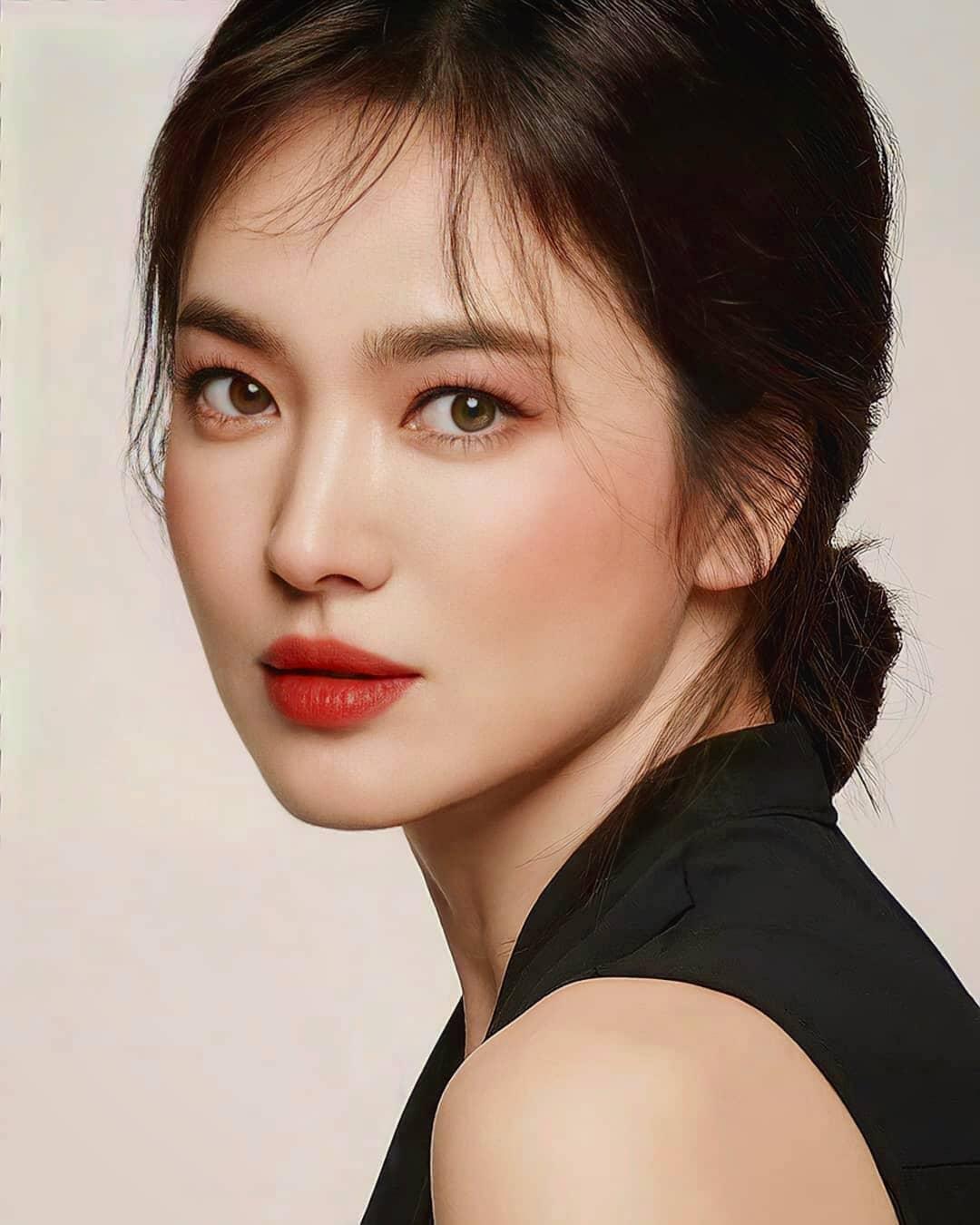Nhìn Song Hye Kyo makeup nhạt đã quen, nhưng nhìn cô 'biến hình' makeup đậm  qua ảnh của fan thì bạn sẽ ngỡ ngàng