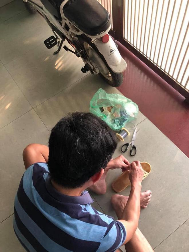 Người đàn ông ngồi buộc lại đôi dép tổ ong đã rách sau 2 năm dùng và chuyện kể của những đứa con gây xúc động 1