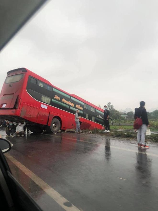 Màn trú mưa hãi hùng của 3 người đàn ông khiến tất cả hoảng hốt: Nguy hiểm quá! 0