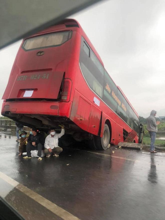Hình ảnh những người đàn ông trú mưa dưới gầm xe khách khiến nhiều người lo lắng.