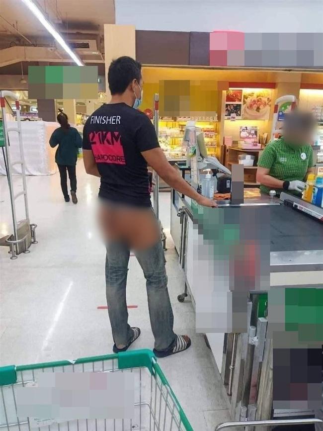 Chàng trai với chiếc quần hở hang gây sốc trong siêu thị.