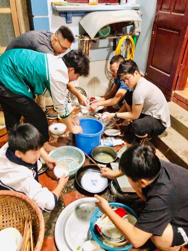 Đàn ông của cả một dòng họ cùng nhau dọn dẹp, rửa bát sau buổi tiệc liên hoan. (Nguồn ảnh: NVCC)