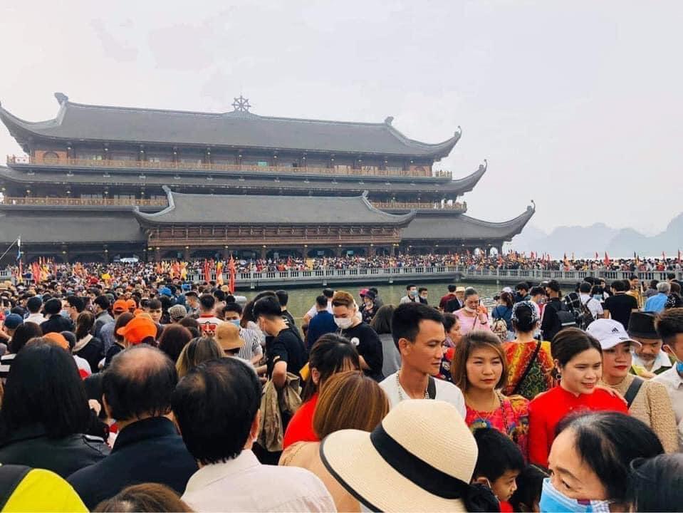Số lượng du khách quá đông khiến các dịch vụ và giao thông quanh khu vực bị quá tải.