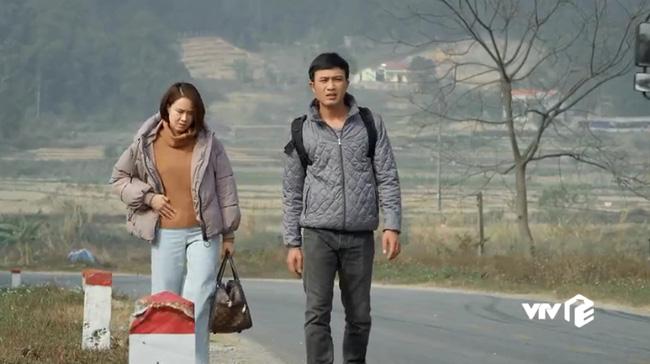 Cảnh Châu trở về nhà cùng Phúc, dân mạng phát hiện cô đang xách một chiếc túi hiệu dù ăn mặc khá tuềnh toàng.