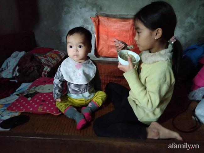 Mới 7 tuổi nhưng bé Tuệ đã biết chăm em, phụ giúp tất cả công việc nhà giúp bà và mẹ.