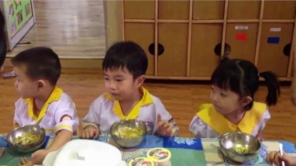 Con gái đi học mẫu giáo luôn miệng khen thức ăn ngon, thấy ảnh cô giáo gửi, mẹ hoang mang không nói nên lời